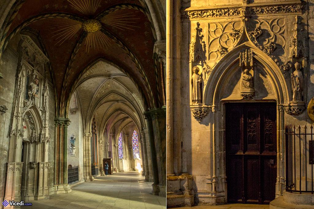 A gauche, l'entrée de la sacristie. Notez le soleil de la voûte.  A droite, l'entrée de l'église basse.