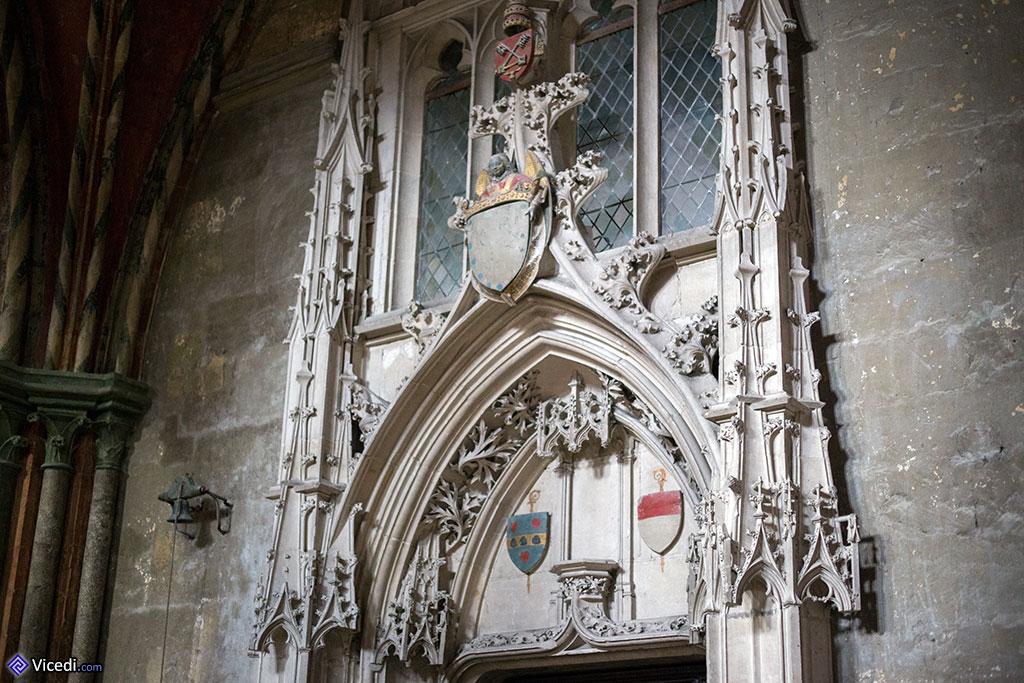 Le tympan de la porte de la sacristie.