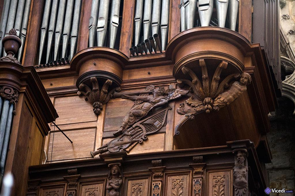 Un ange musicien, sur le buffet de l'orgue.