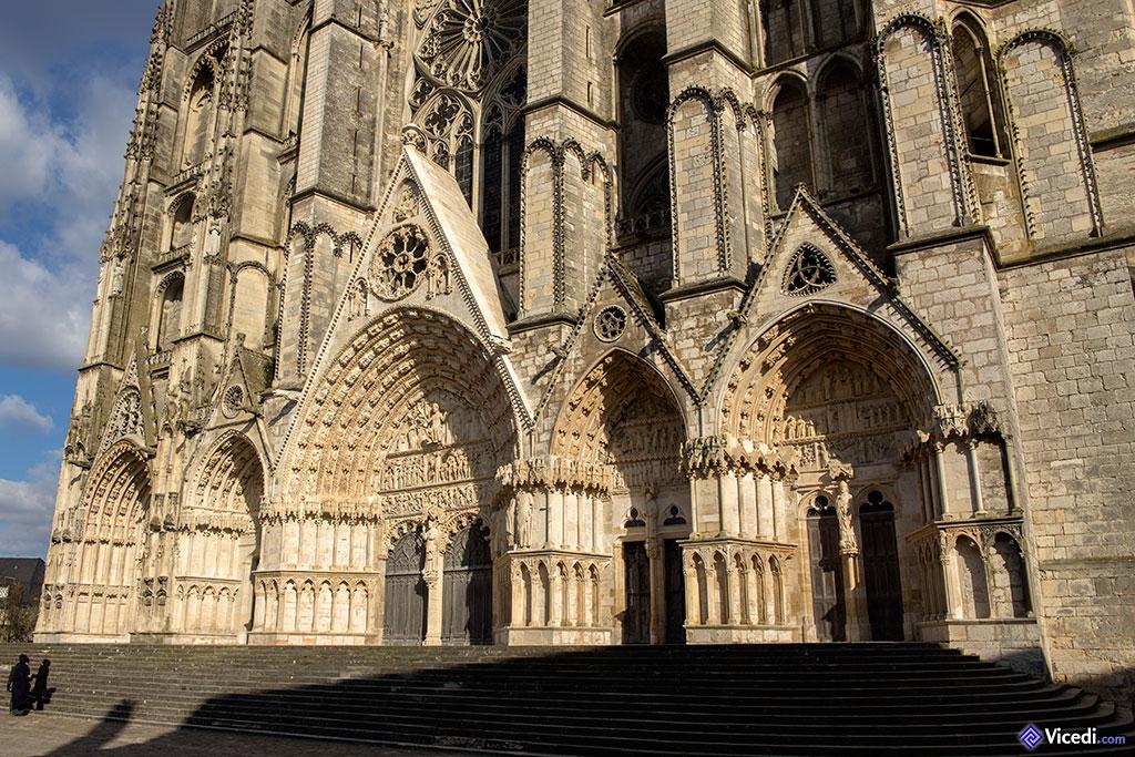 Les cinq portails de la façade.