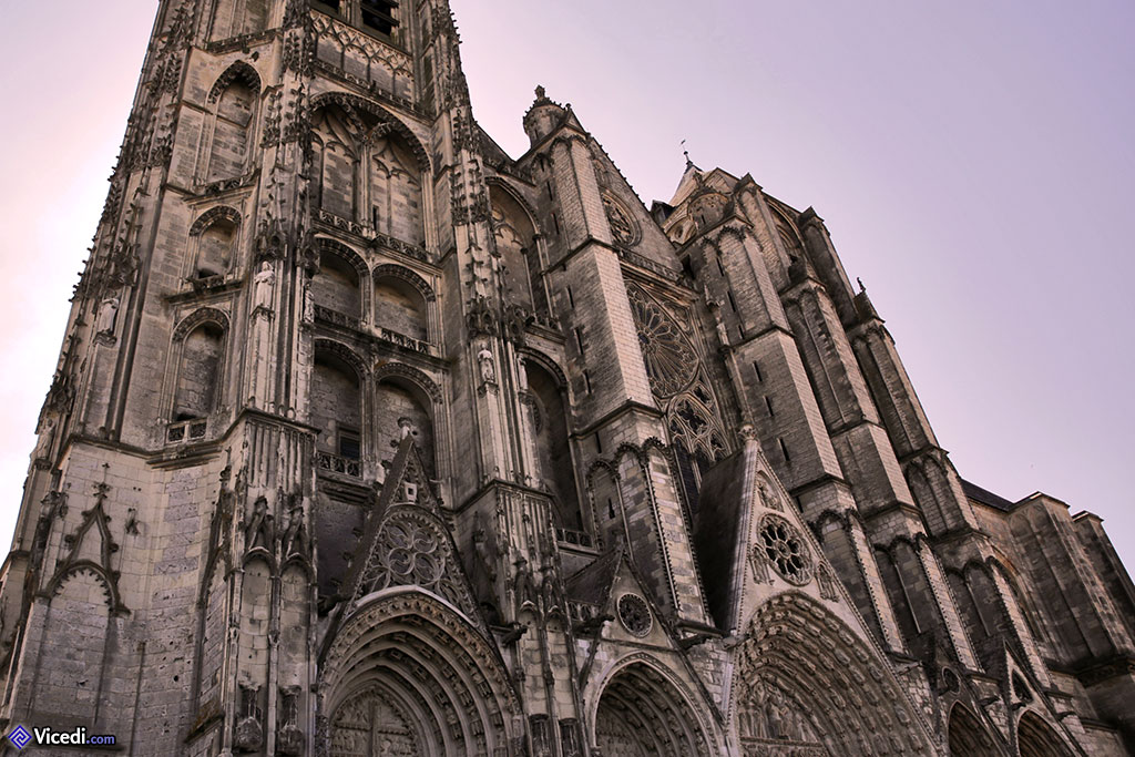 Une dentelle de pierre serait une bonne image pour expliquer cette façade.