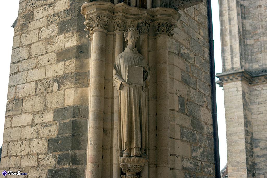 Statue de Saint Etienne (?) sous le porche du portail sud.