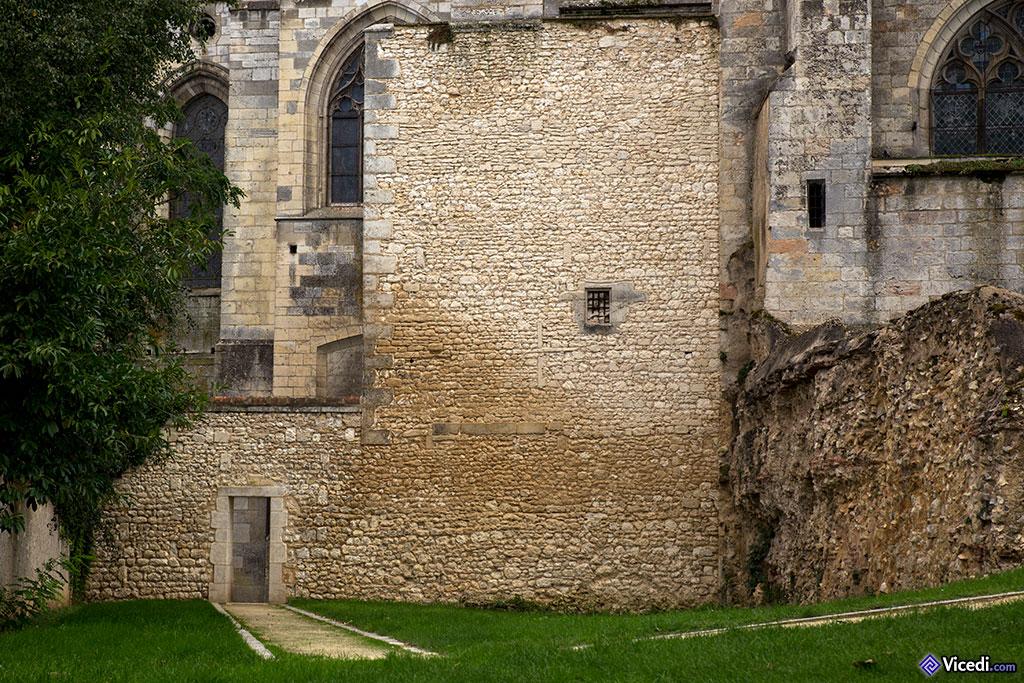 Ces anciennes constructions témoignent bien de la proximité des habitants au Moyen Âge avec le grand lieu de culte.