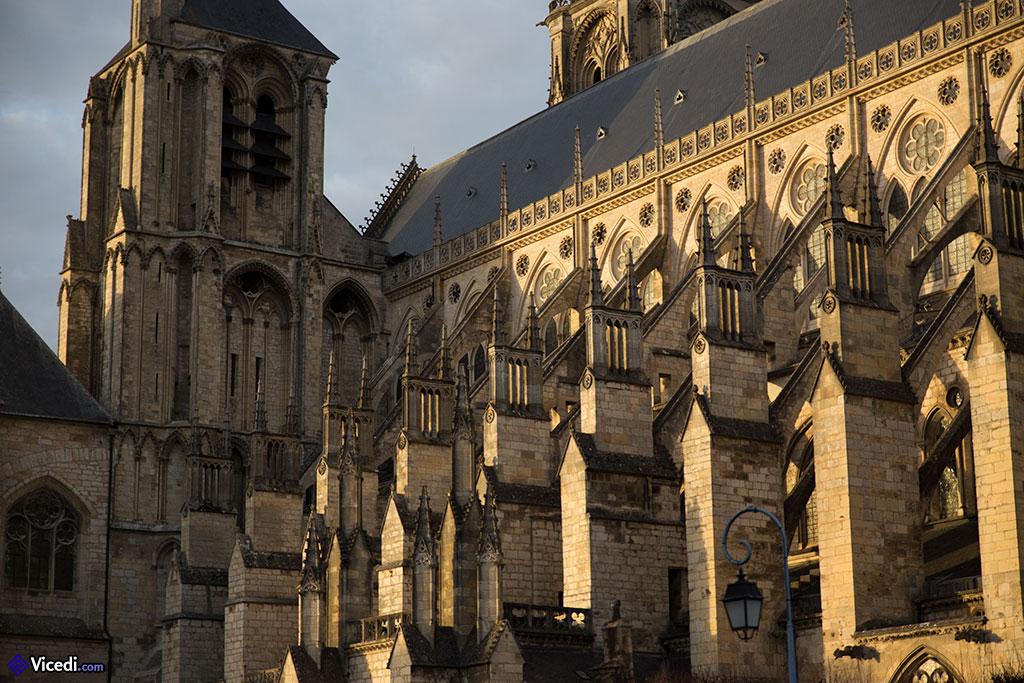 Façade Sud, avec ses arcs-boutants et, à gauche, la Tour Sourde.