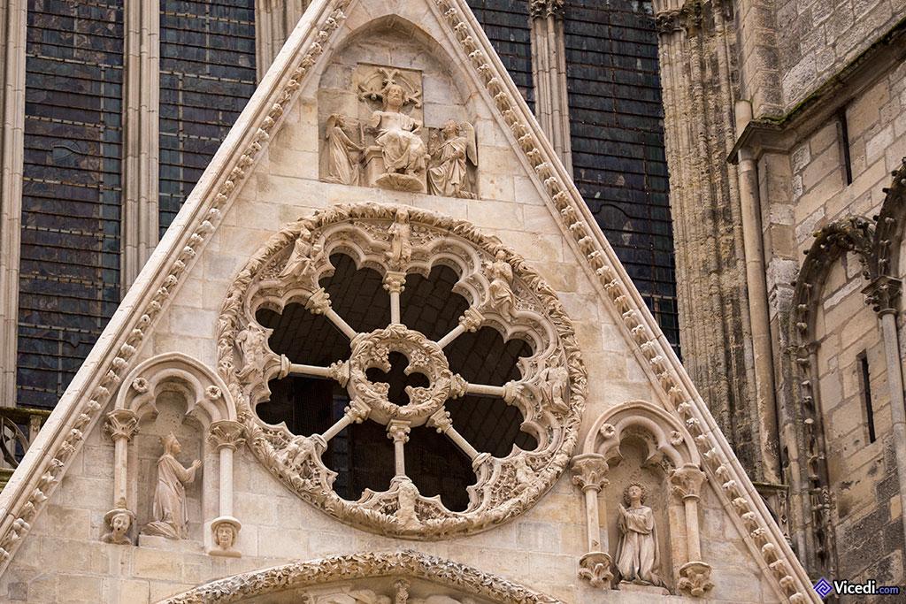 Détail de la façade, juste au dessus du tympan du Jugement Dernier.