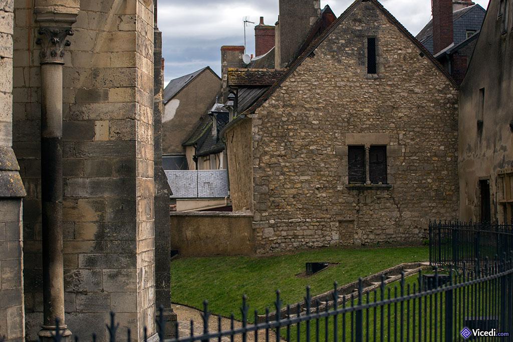 Anciennes maisons, juste derrière la cathédrale. De l'ancien rempart romain, il ne reste pratiquement plus rien en cet endroit.