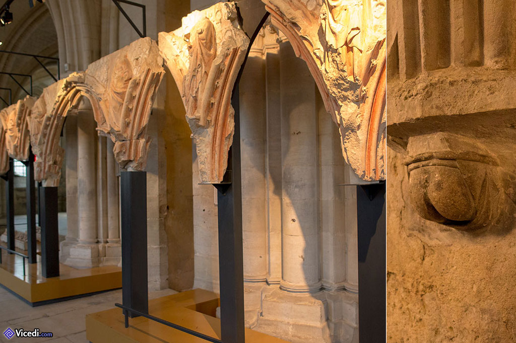 Fragments du Jubé à gauche. A droite, une paire de fesses. Les artisans de la cathédrale aimaient plaisanter avec ce genre de détails, que l'on retrouve ailleurs dans l'église.
