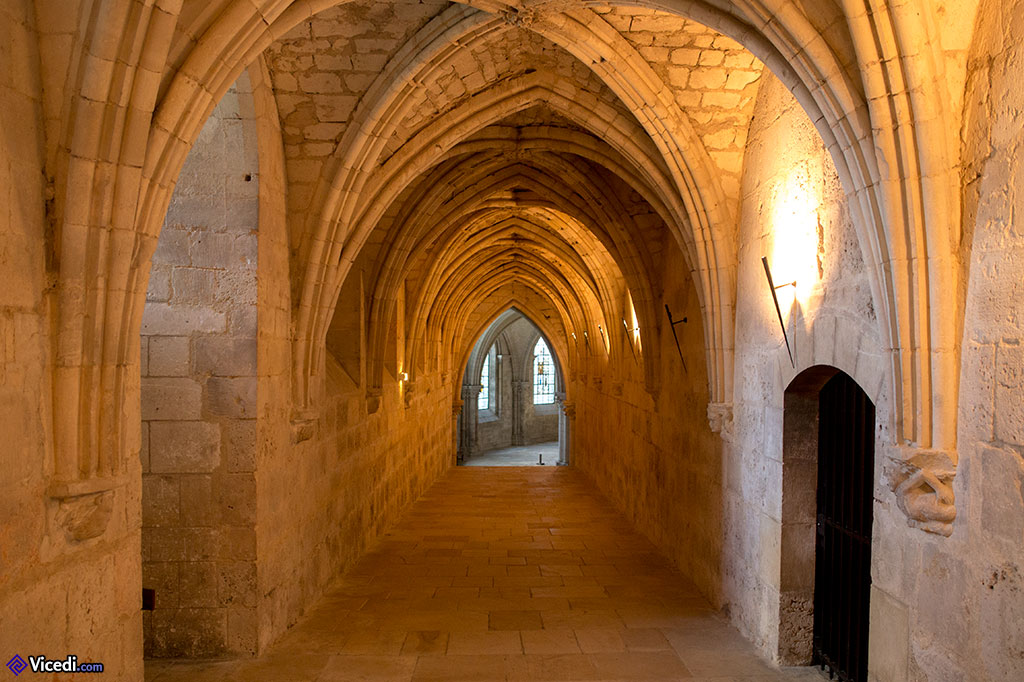 L'accès à l'église basse., après avoir passé une lourde porte ouverte par la guide.