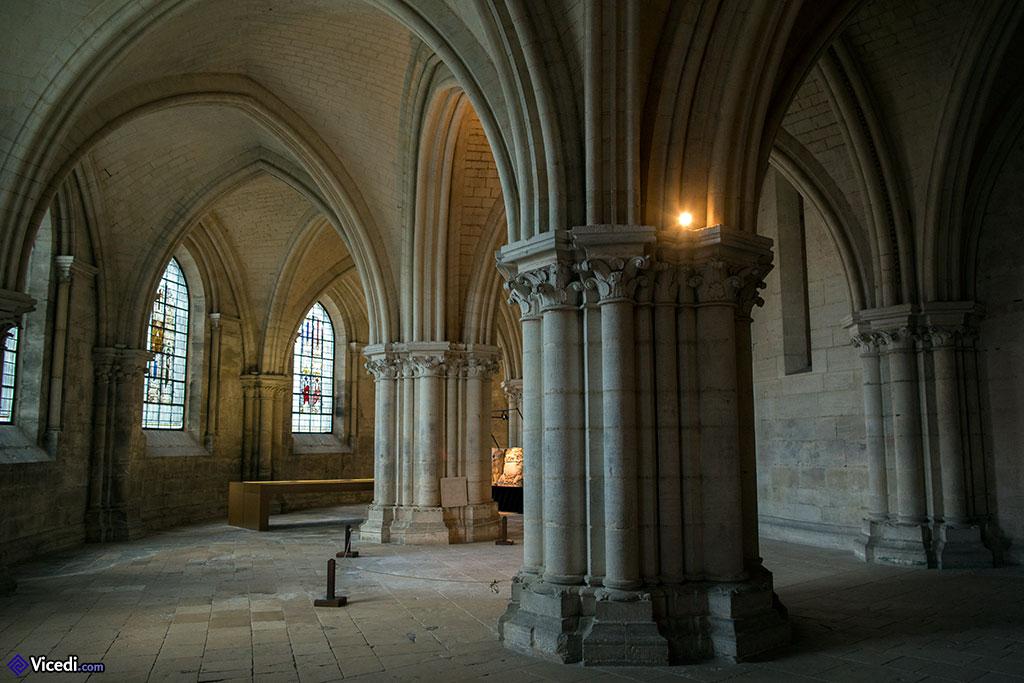 L'église basse et ses vitraux, venus de la Sainte-Chapelle de Bourges.