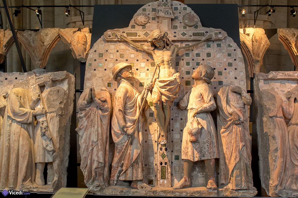 Fragments retrouvés du jubé, avec ici la Passion : Longin transperçant le Christ de sa lance.