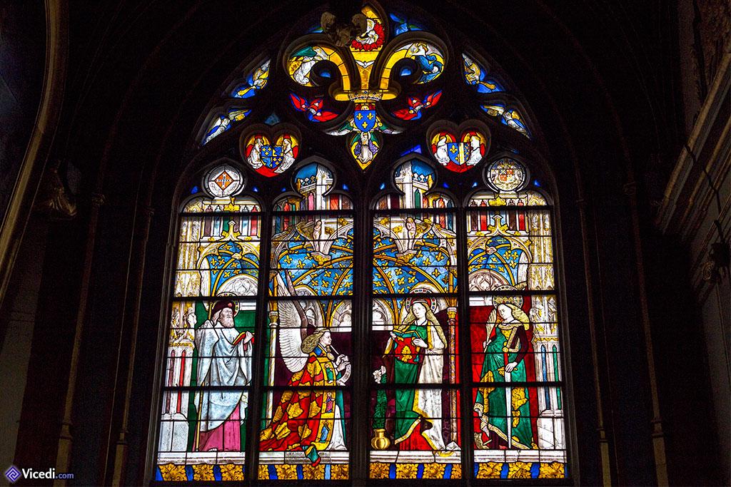 Vitrail de l'annonciation. En plus de Gabriel et de Marie, on peut y voir Saint Jacques et Sainte Catherine.
