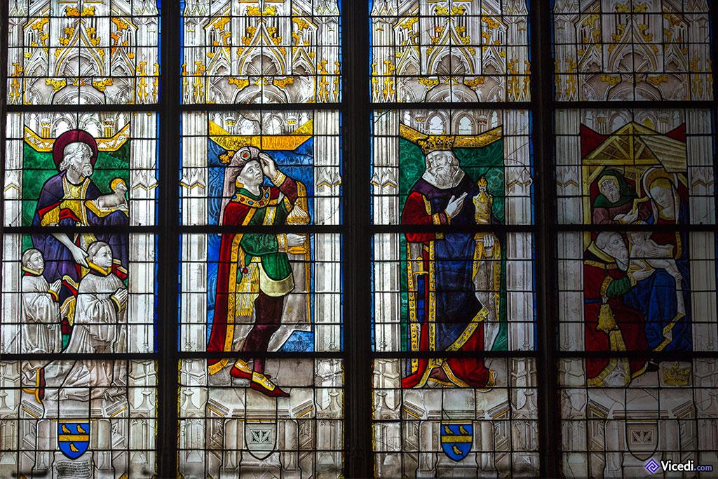 Vitrail représentant l'adoration des mages, dans la chapelle Dubreuil
