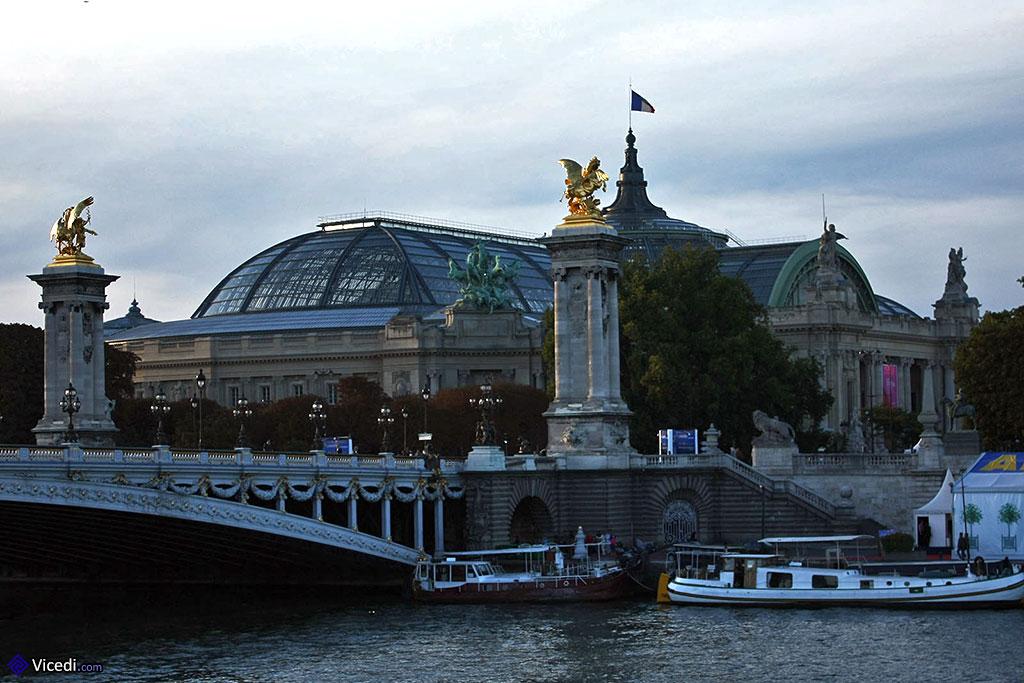 Au fond, le Grand Palais
