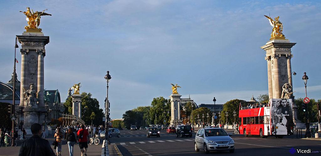 C'est le plus large des ponts parisiens