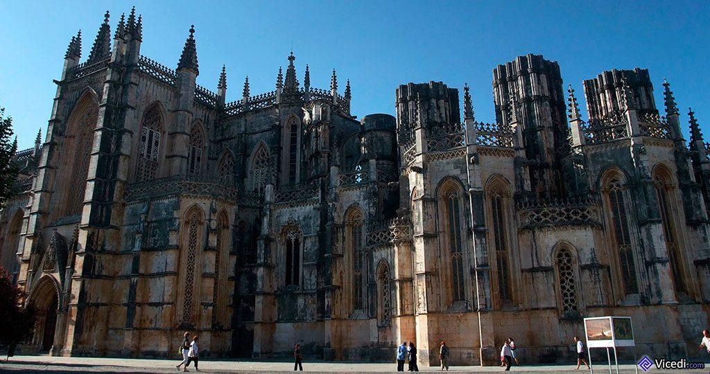 Sur la gauche, le portail du transept et à droite, les chapelles imparfaites, surmontées des immenses piliers inachevés.
