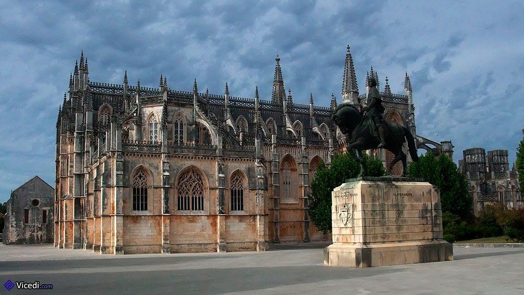 Statue du Connétable Dom Nuno Alvares Pereira et le monastère de Batalha.