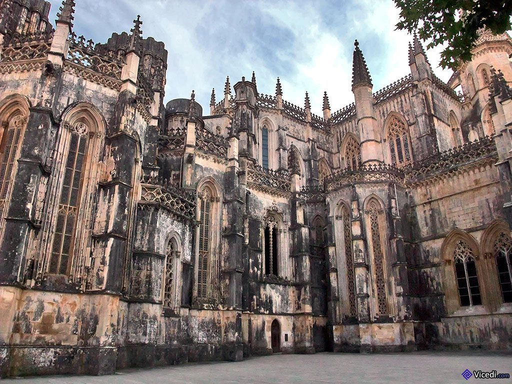 Sur la moitié gauche, vue sur les Chapelles Imparfaites. La petite porte que l'on aperçoit en bas au milieu n'est autre que la discrète entrée des Chapelles.