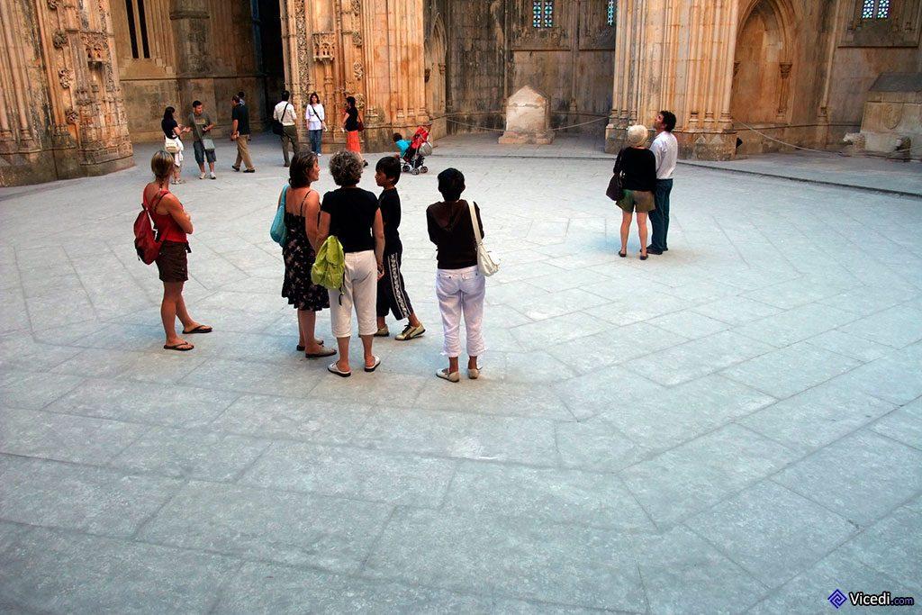 Cour octogonale d'où rayonnent les chapelles.