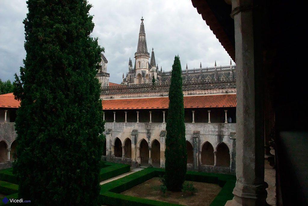 Le cloître Afonso V et son jardin. Il fut construit sous l'orientation de Maître Fernão de Évora.