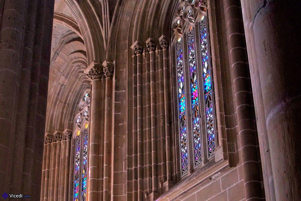 Les traditionnels vitraux des grandes églises gothiques sont bien sûr présents.