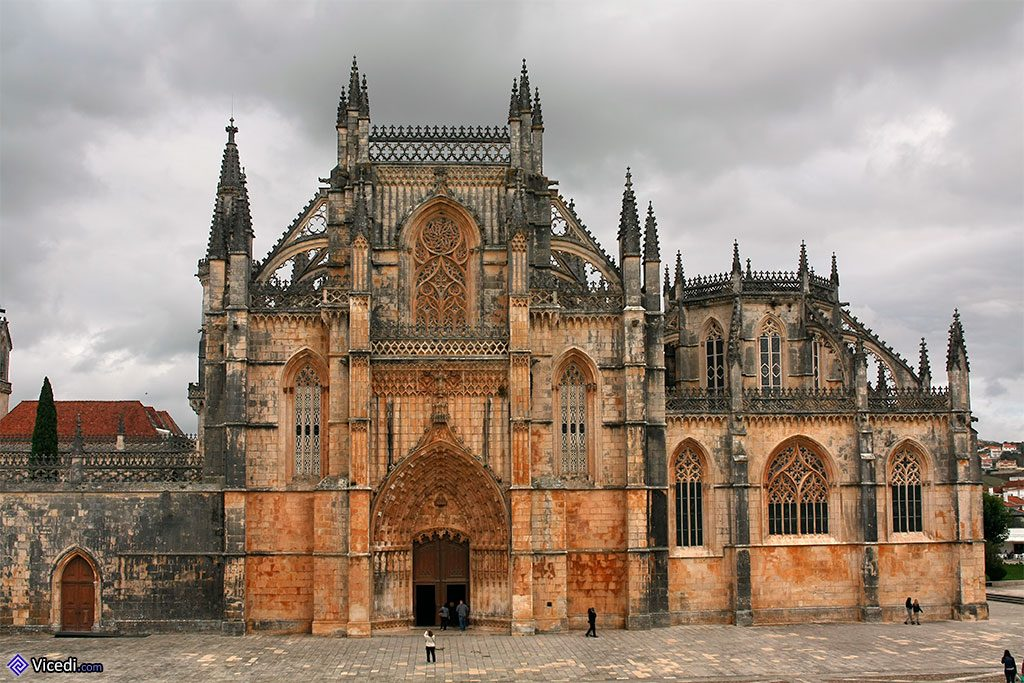 Façade principale du monastère, avec la Chapelle du Fondateur sur la droite.