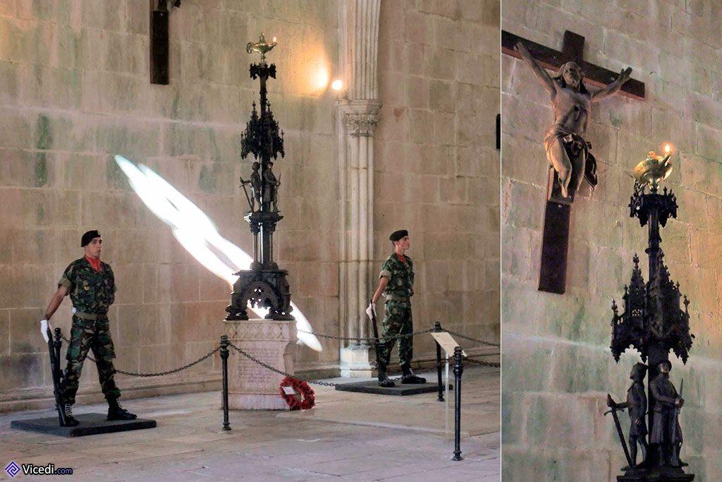 Sur la photo de gauche, les deux militaires de garde. A droite, le Lampion toujours allumé et le Christ des Tranchées.