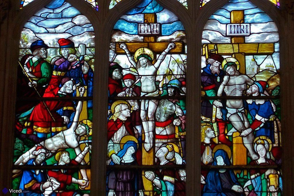 Un des vitraux de la Salle du Chapitre, représentant la crucifixion. Il est daté de 1514 et a été fait dans les ateliers du monastère.