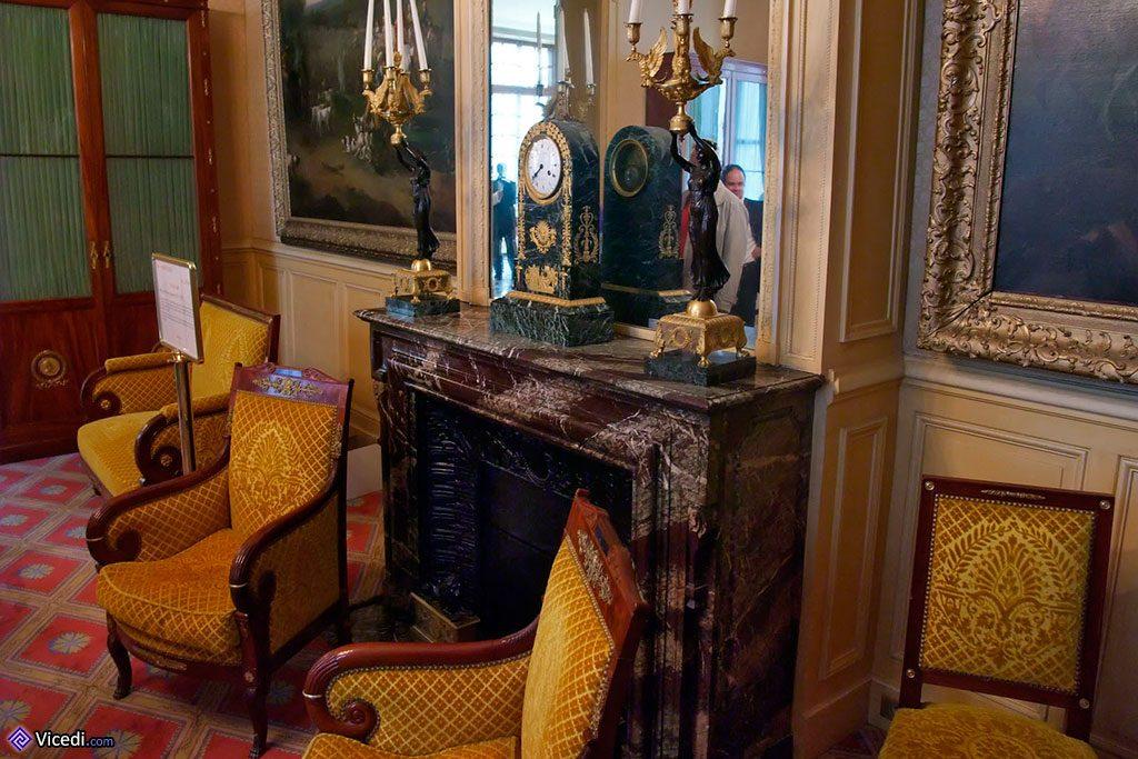 Chaque pièce possède sa cheminée, très décorée, ici avec un pendule
