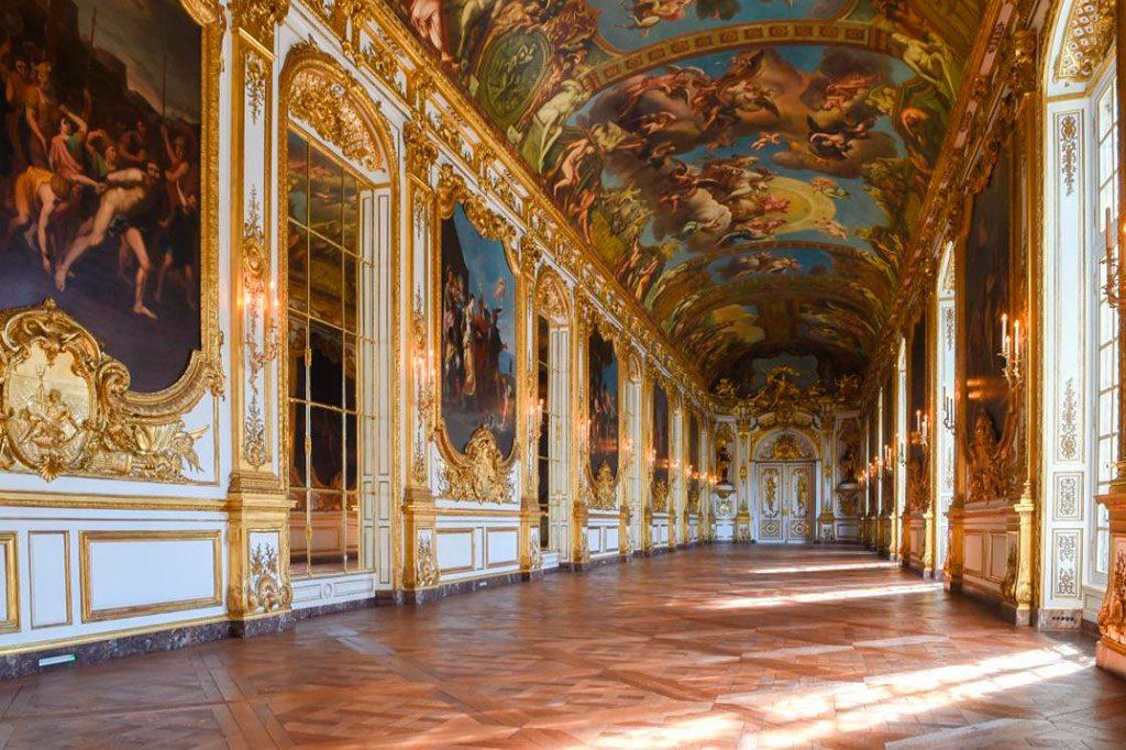 La Galerie Dorée et ses lambris, redevenus blancs.