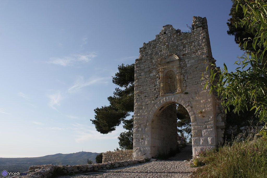La Poterne, ancienne entrée dans les remparts du château.