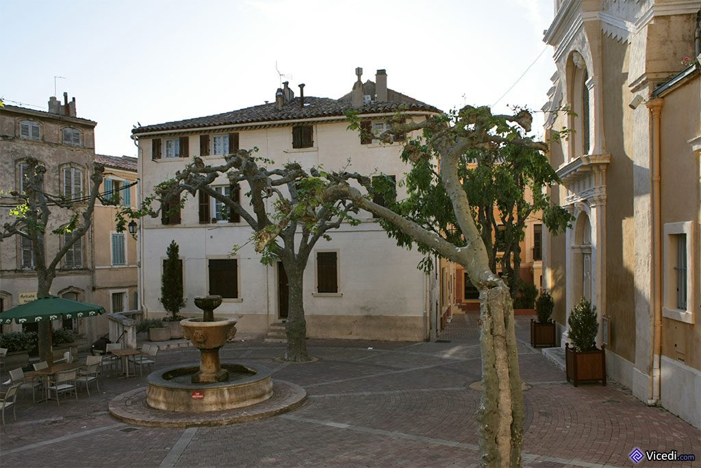 Place du docteur Joseph Chevillon, où se trouve l'église et le musée.
