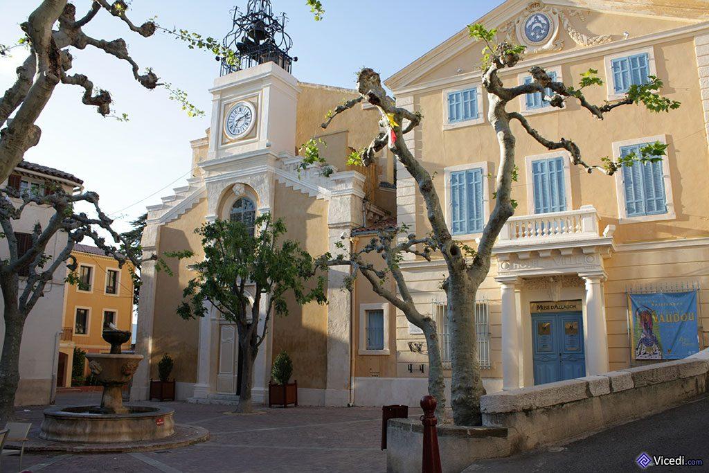 A gauche, l'église Saint-Sébastien d'Allauch, et à droite, l'ancienne mairie, devenue musée.