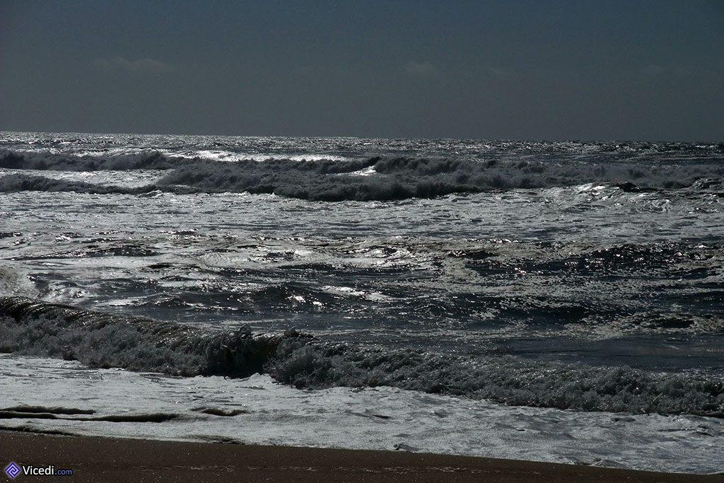 L'océan est toujours agité.
