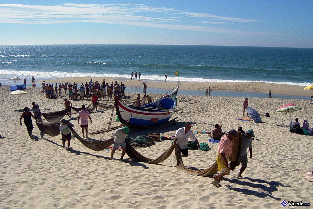 Les pêcheurs préparent les filets. Avec le temps, il y a de moins en moins de pêcheurs traditionnels...