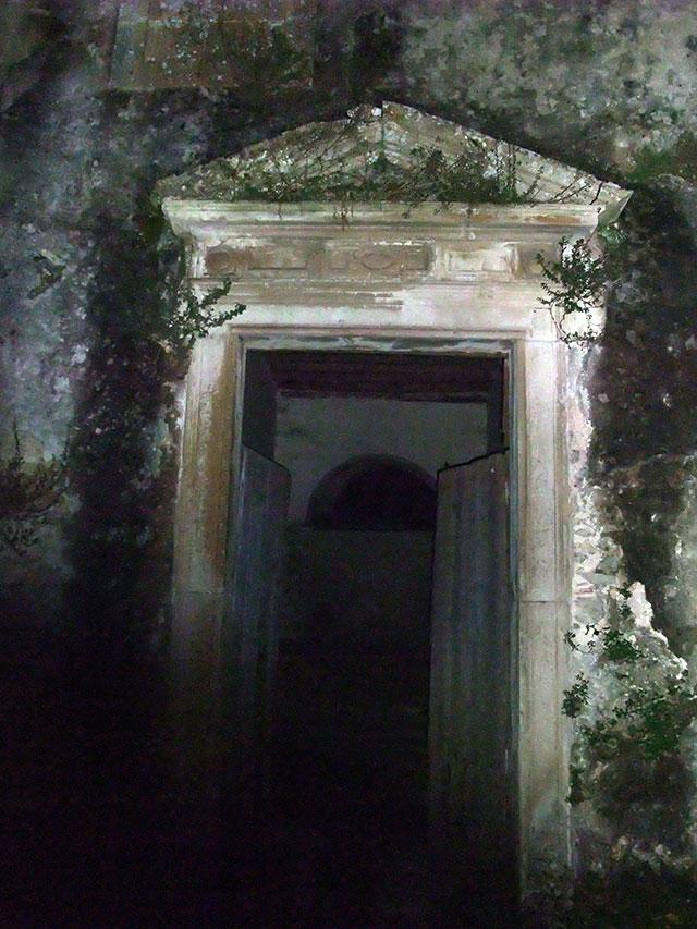 Cette porte est emblématique de la ruine du vénérable édifice.