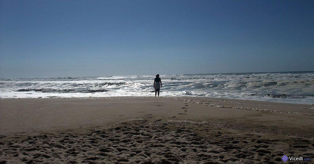 Seule face à l'océan