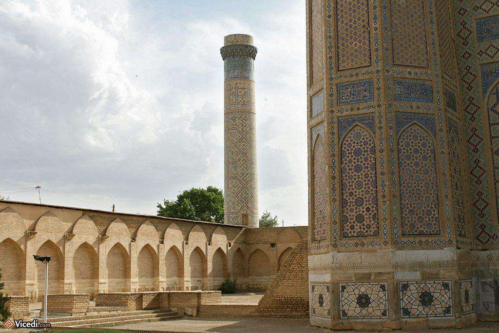 Motifs géométriques dans la cour de la mosquée