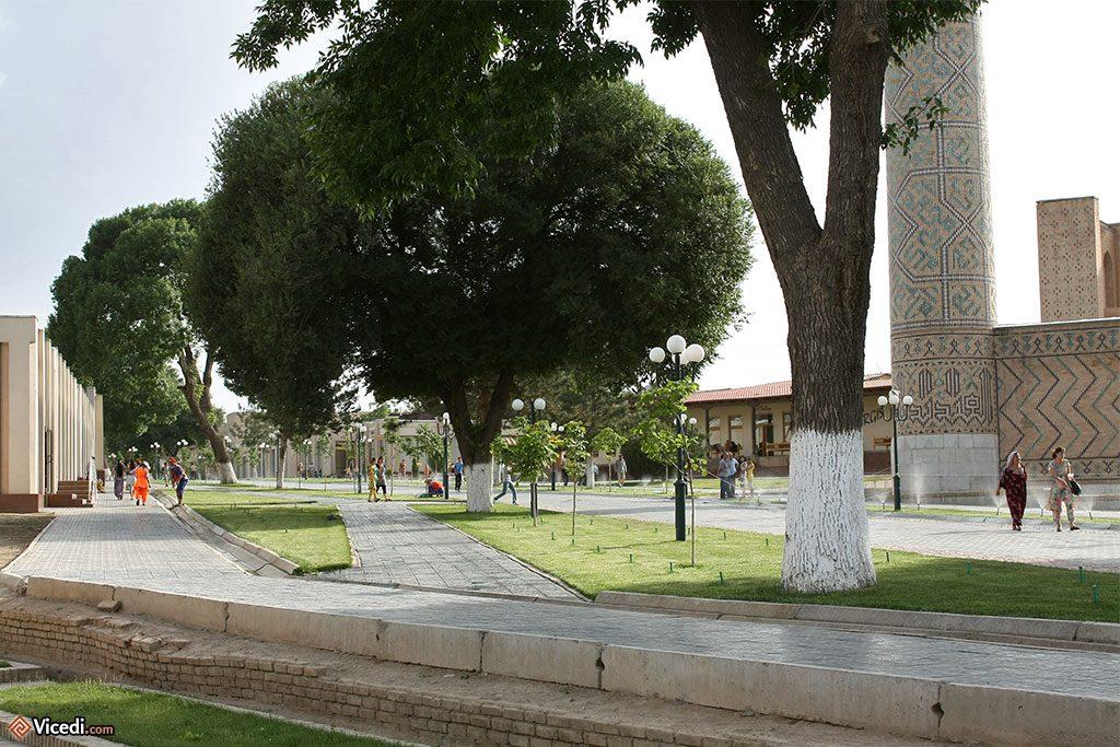 Avenue principale devant Bibi Khanoum