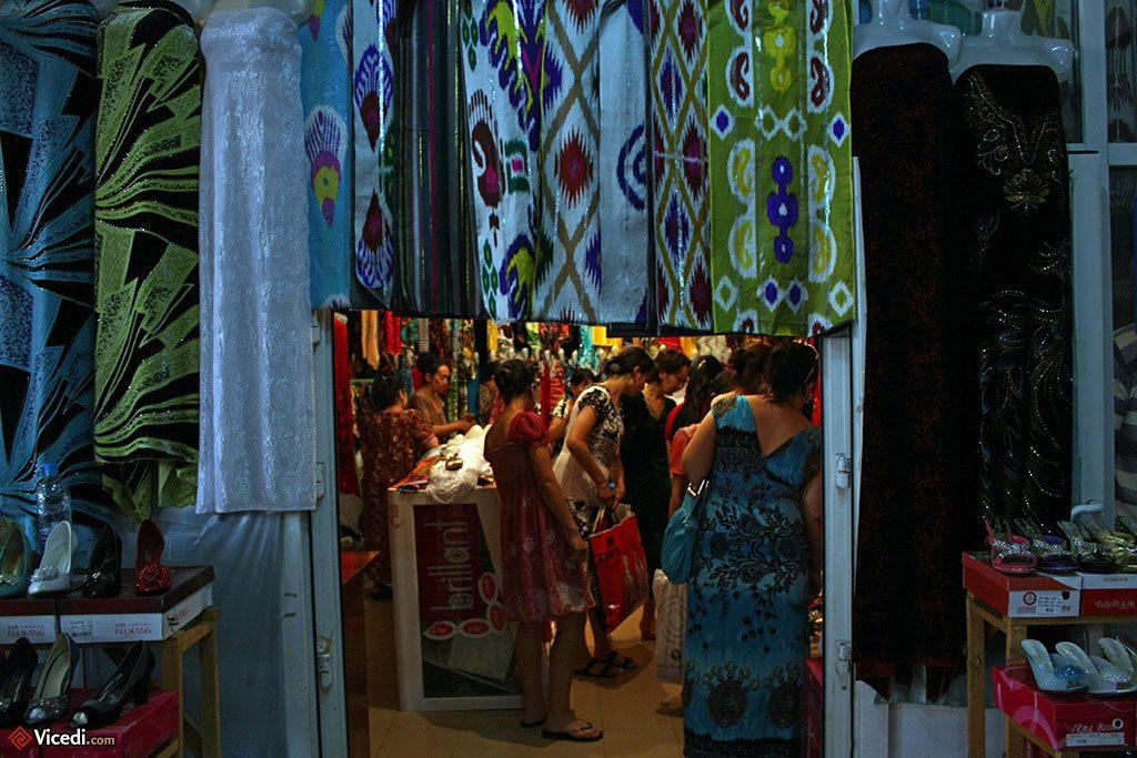 galerie marchande avec des habits et du tissu