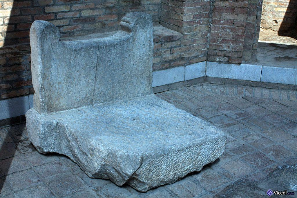 Ce qui reste d'un ancien trône ? Un lutrin ?