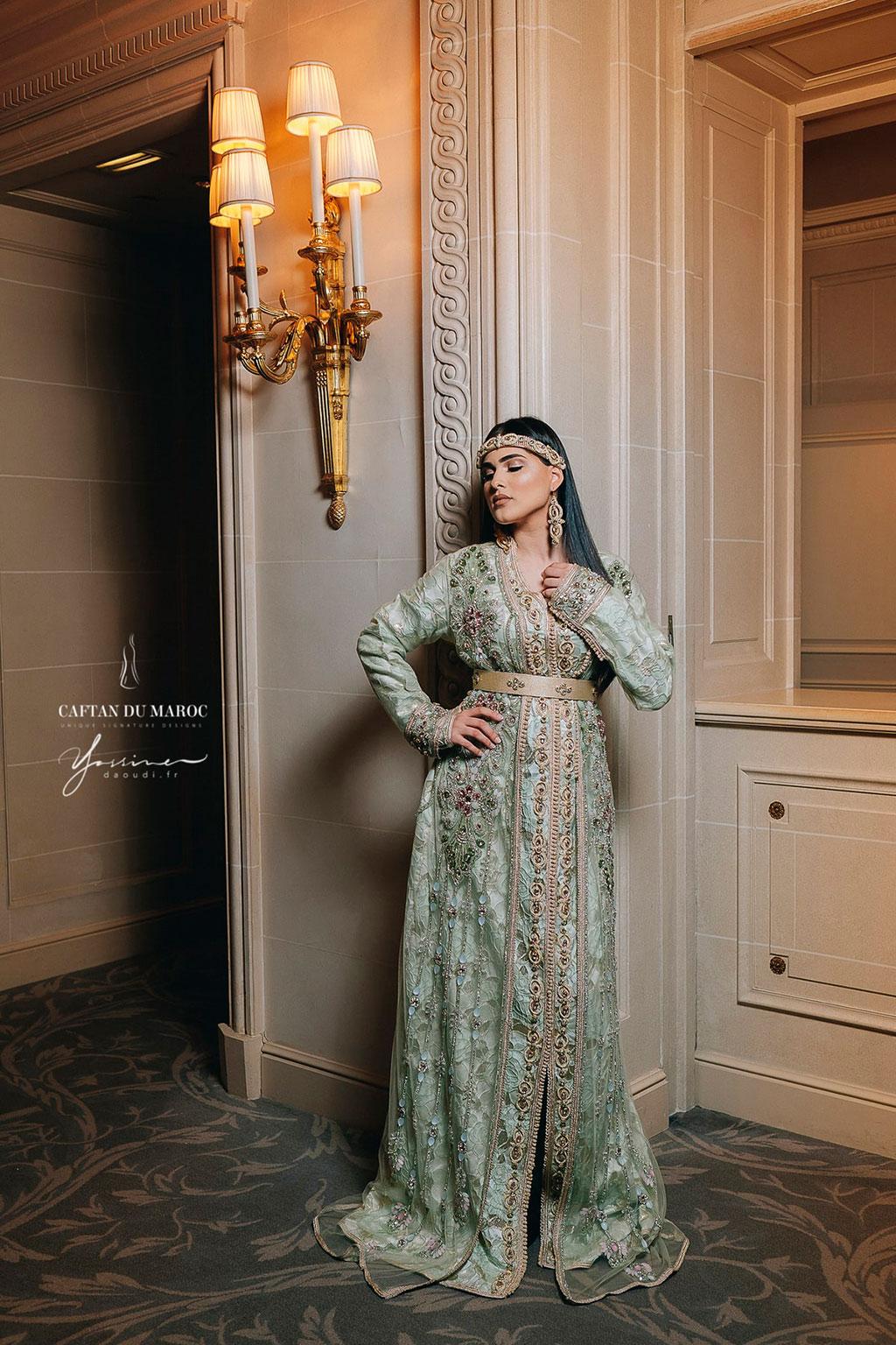 Le cadre luxueux du Georges V convient tout à fait aux caftans de la haute-couture