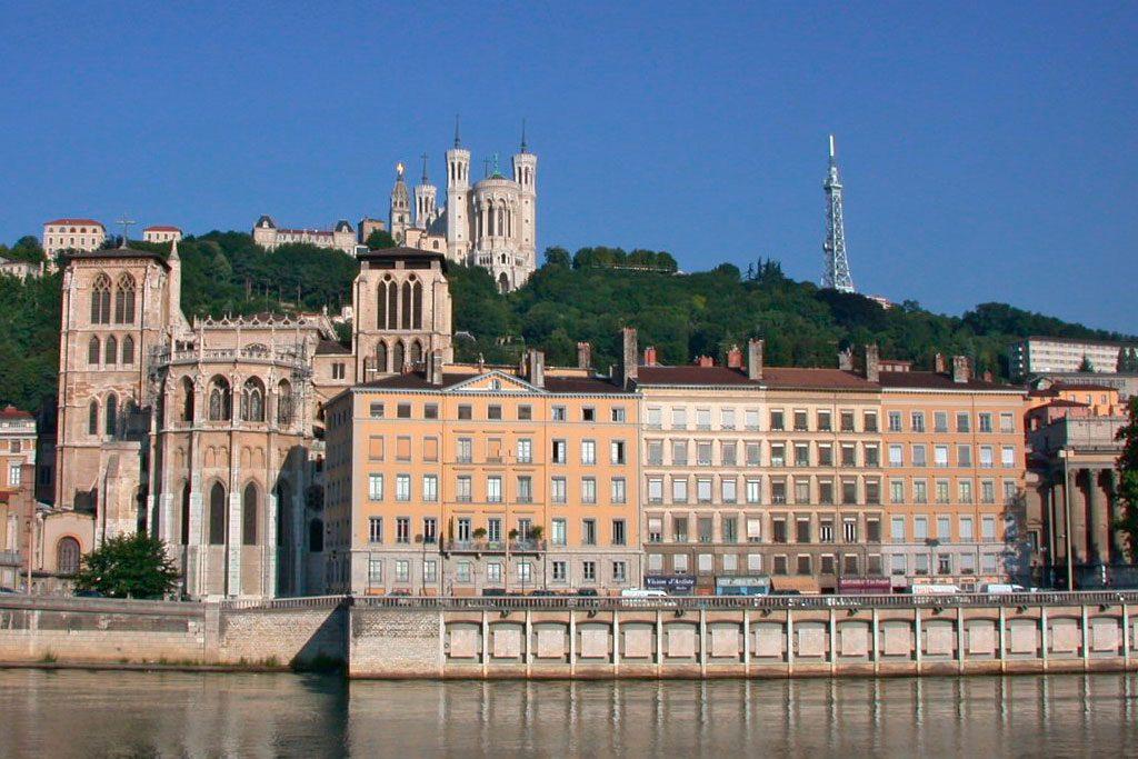 Au premier plan en bas, la  Primatiale Saint-Jean de Lyon