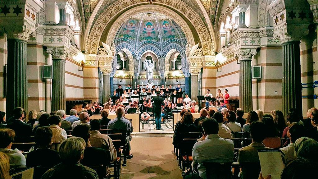 Des concerts sont régulièrement organisés dans la basilique, comme ici devant la statue de Saint Joseph.