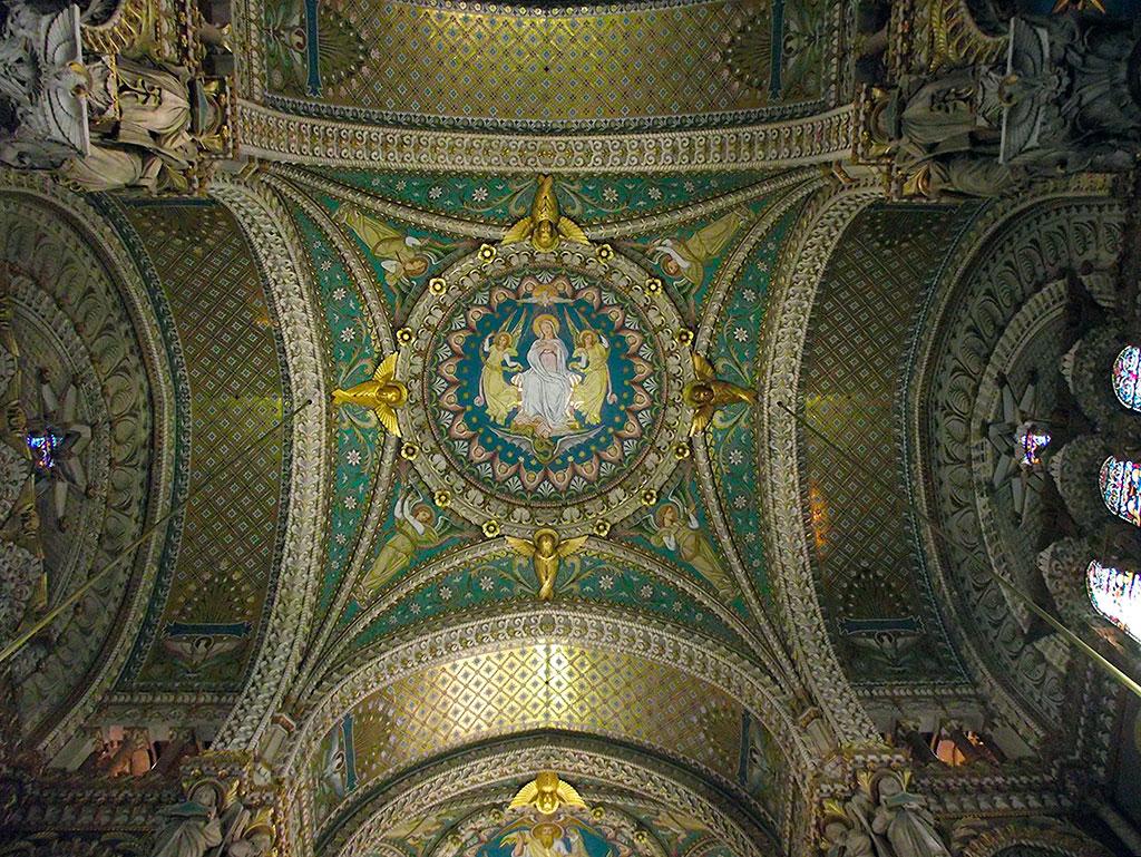 Coupole richement décorée au dessus de la nef.
