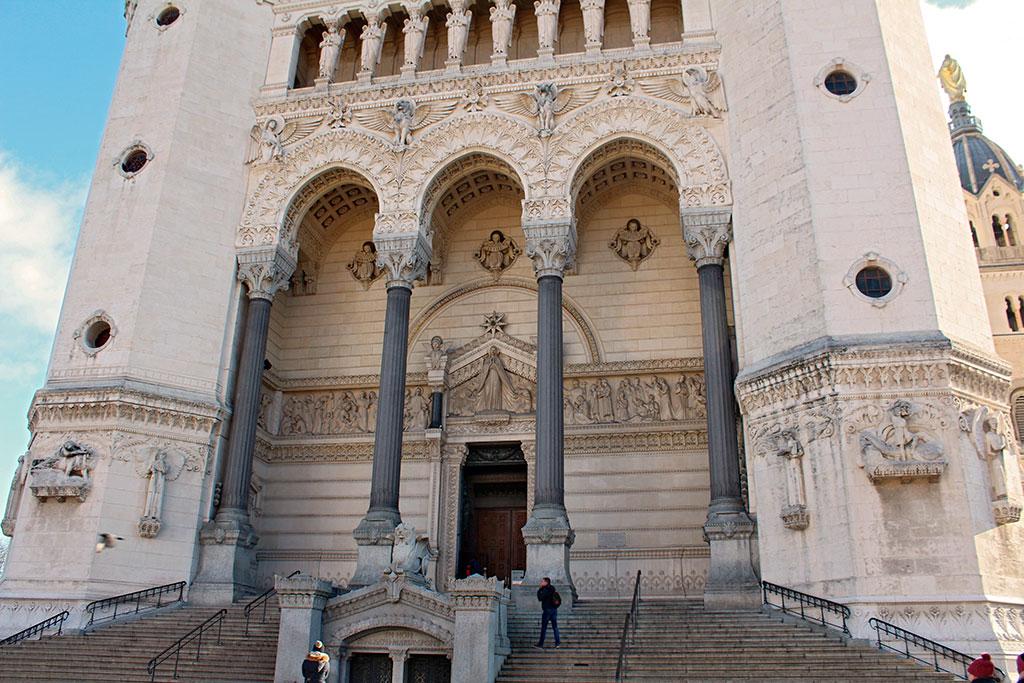 Les deux entrées principales de la basilique. En haut, celle de l'église haute, et en bas, celle de l'église basse.