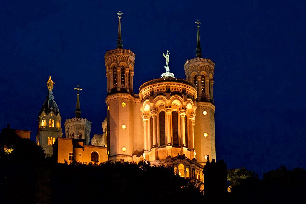 L'illumination de la basilique est soigneusement choisie.