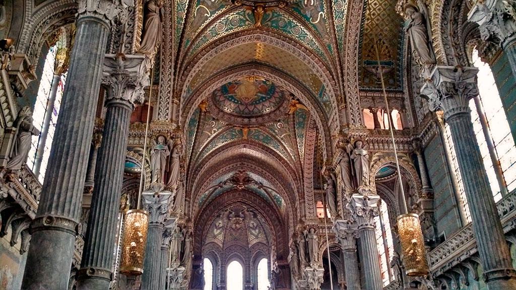 La décoration néo-byzantine de la basilique resplendit de mille feux