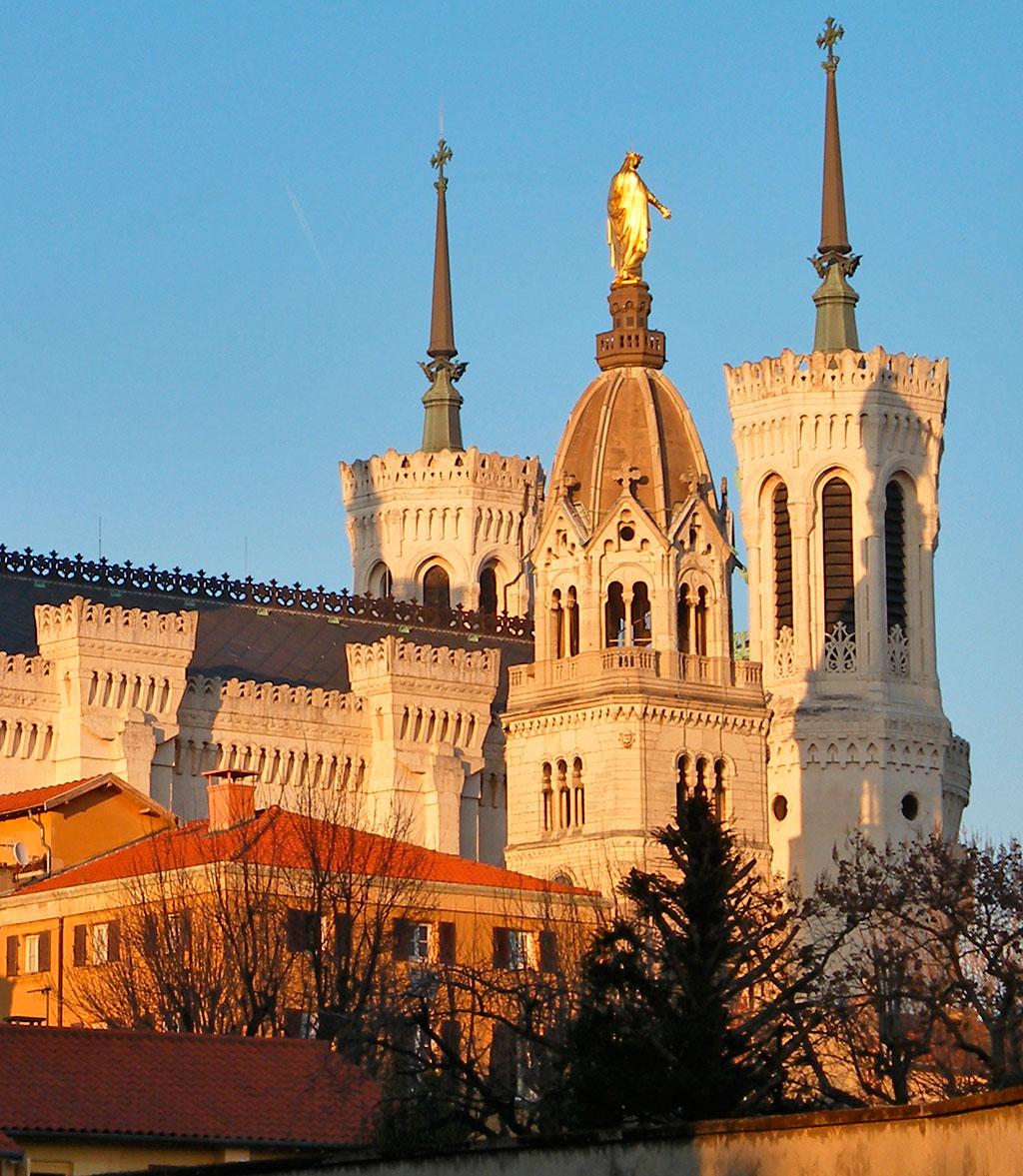 La tour de la Chapelle Saint-Thomas avec derrière la basilique.